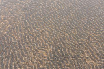 Vulkanisch zand golven in het water van Daan Kloeg