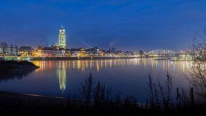Skyline Deventer tijdens schemering