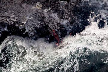 Lava stroomt in de zee van Dirk Rüter