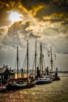 Schepen in de museumhaven Övelgönne Hamburg en wolken tegen het licht van Dieter Walther