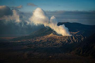 Smoking crater van Jonathan Krijgsman