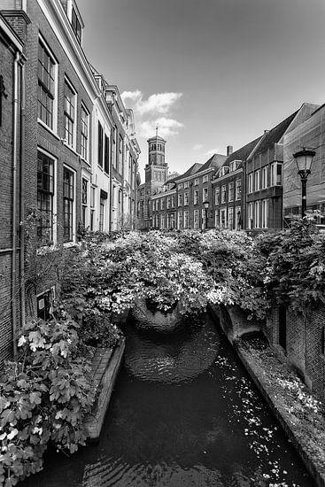 De Kromme Nieuwegracht in Utrecht met Ottone in zwartwit