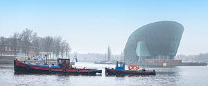 Oude sleepboot vaart voor Nemo langs op een heiige dag
