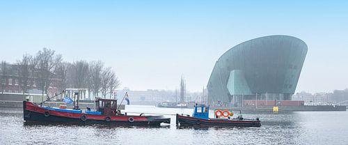 Oude sleepboot vaart voor Nemo langs op een heiige dag van Suzan Baars