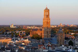 Stadsgezicht van Utrecht met de Domtoren beschenen door de ondergaande zon