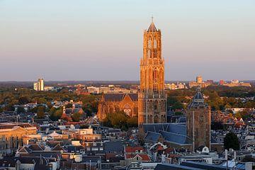 Stadsgezicht van Utrecht met de Domtoren beschenen door de ondergaande zon sur Merijn van der Vliet