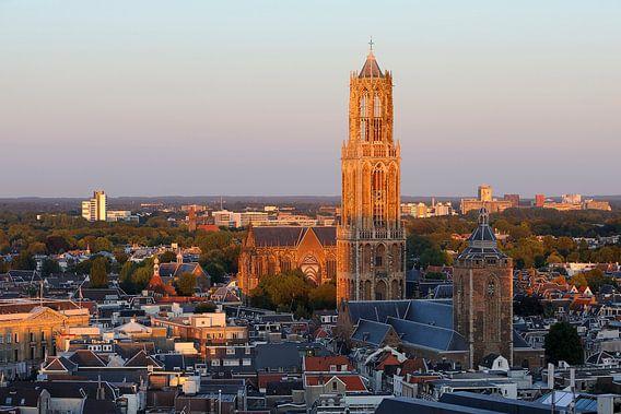 Stadsgezicht van Utrecht met de Domtoren beschenen door de ondergaande zon van Merijn van der Vliet