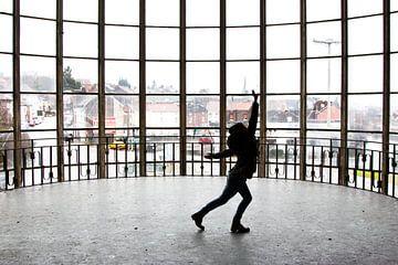 Dansen in het gebouw Piscine du Mosq van Martijn Mureau