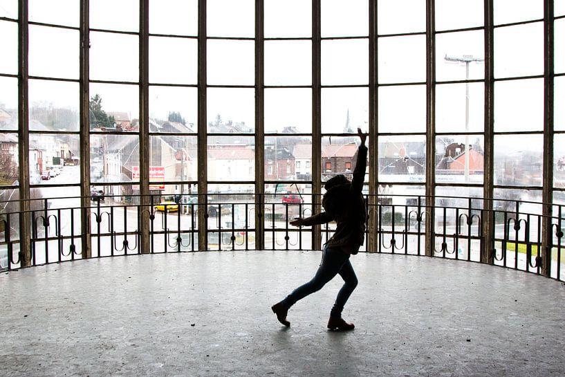 Tanzen im Gebäude Piscine du Mosq von Martijn Mureau
