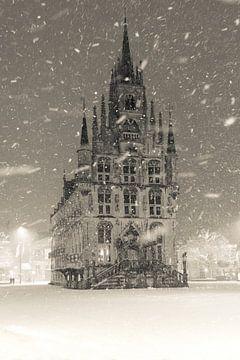 Stadhuis Gouda in de sneeuw von Gouda op zijn mooist