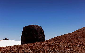 Groot rotsblok op de flanken van de El Teide  vulkaan op Tenerife, Spanje van Coos Photography