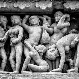 Khajurao - Erotisch relief in de Lakshmana tempel Zw-w 6 van Theo Molenaar