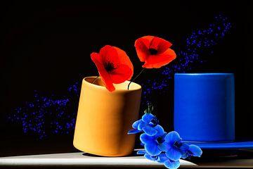Cup of Flowers - voorjaarsbloemen in 2 koffiekopjes - kleurrijk werk geel blauw rood met een zwarte  van ellenilli .