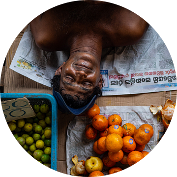 Slapende man op een fruitmarkt in Colombo, Sri Lanka van Teun Janssen