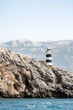 Mooie oude vuurtoren op de rotsen van Mallorca van Evelien Oerlemans