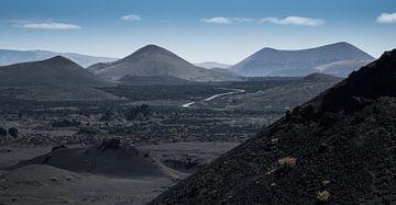 Vulcanisch landschap, Lanzarote. von Hennnie Keeris