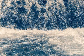 Mooie blauwe verpletterende golven met koele waterplons van Andreea Eva Herczegh
