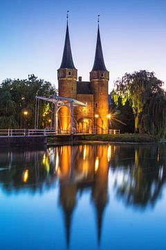 Oostpoort Delft in het blauwe uur
