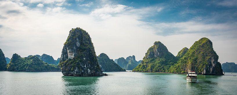 Cruise door Ha Long Bay, Vietnam van Rietje Bulthuis
