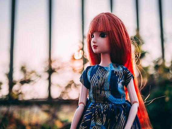 Meisje met rood haar in de zon