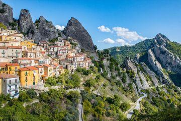 Castelmezzano in het zuiden van Italië. van Ron van der Stappen