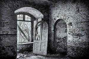 urbex-Tür in einem alten leeren Gebäude