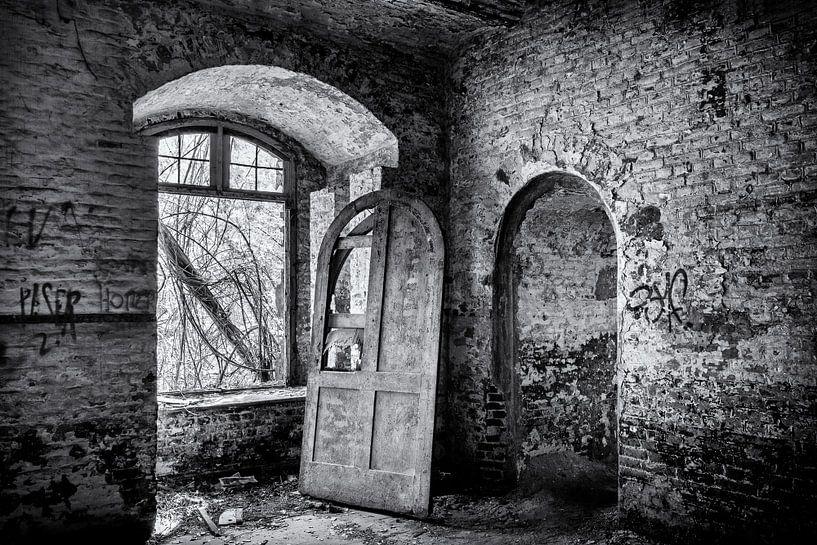 urbex-Tür in einem alten leeren Gebäude von Ronenvief