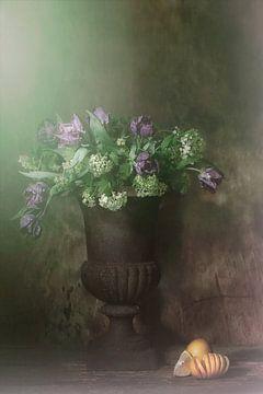 Stilleven met paarse tulpen van Saskia Dingemans