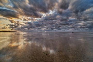 Wolken reizen over het Wad van Remco de Vries