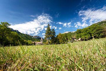 Oud authentiek Frans dorp met kerk in berglandschap van Fotografiecor .nl