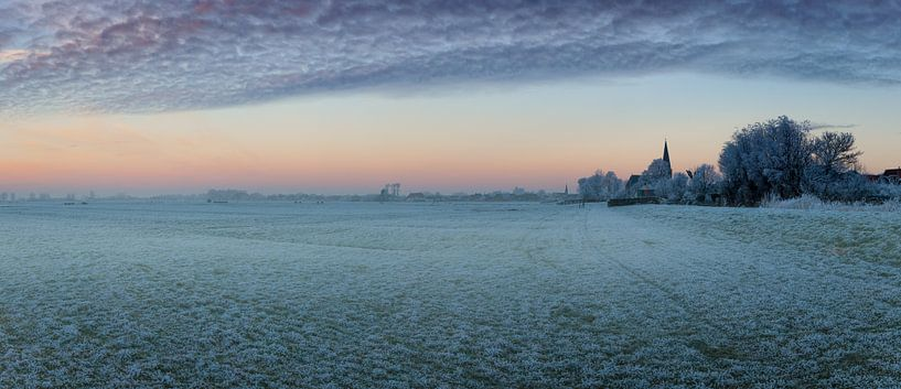 Zonsopgang boven de stad IJlst in Friesland. Wout Kok  One2expose Photography van Wout Kok