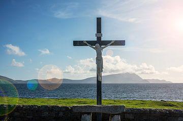 Jezus kruis op kerkhof aan de kust  in Ierland van Bo Scheeringa Photography