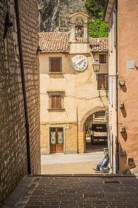 Even pauze onder de klok in Pienza