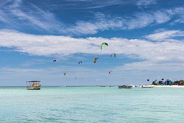 Kitesurfers aan het strand van Aruba van Eus Nieuwenhuizen