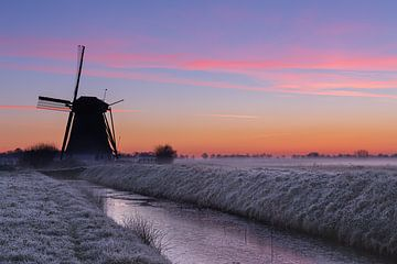 Sonnenaufgang über der Mühle von Uppel von Paul Begijn