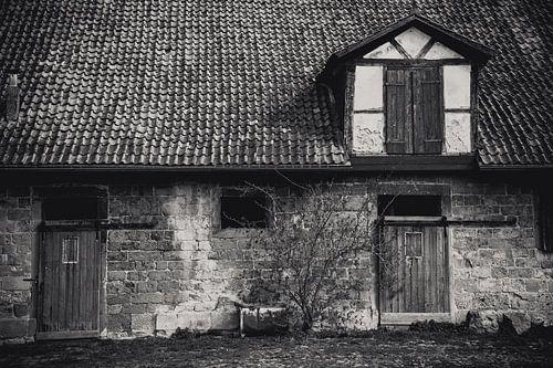 oude boerenschuur in zwart wit van