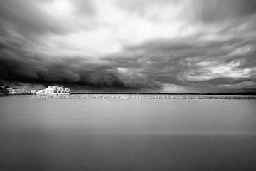 Holländische Landschaft in Schwarz / Weiß, Huizen, Gooimeer von Mark de Weger