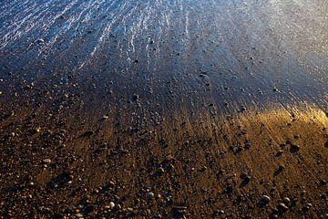 Sable et pierres dorés, mouillés par la vague au départ, bord de mer sur Michael Semenov