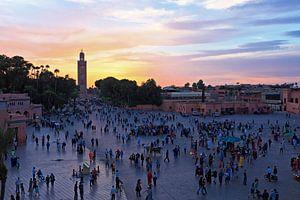 Djermaa El Fna plein in Marrakesh Marokko bij zonsondergang van Nisangha Masselink
