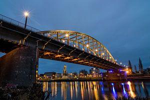 John-Frost-Brücke in Arnheim bei Dunkelheit