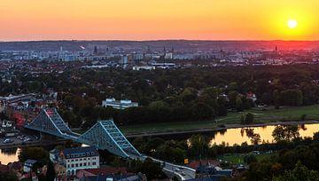 Ligne d'horizon de Dresde avec le pont de Loschwitz au coucher du soleil