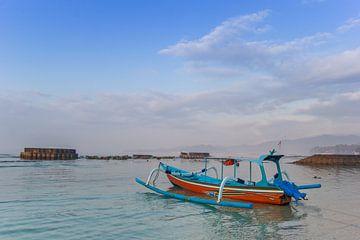 Traditionele Indonesische vissersboot aan de kust van Candidasa, Bali van Marc Venema