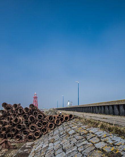 De vuurtoren van Den Oever met optrekkende mist boven 'T Wad van Harrie Muis