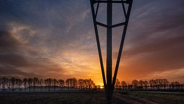 Sonnenaufgang mit Hochspannungsmast von Miranda Heemskerk