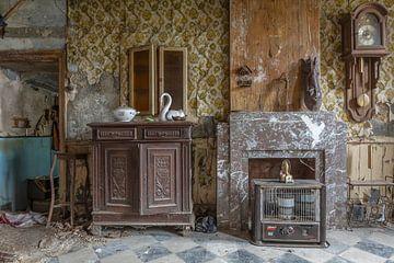 Wohnzimmer in einem verlassenen Bauernhaus von John Noppen