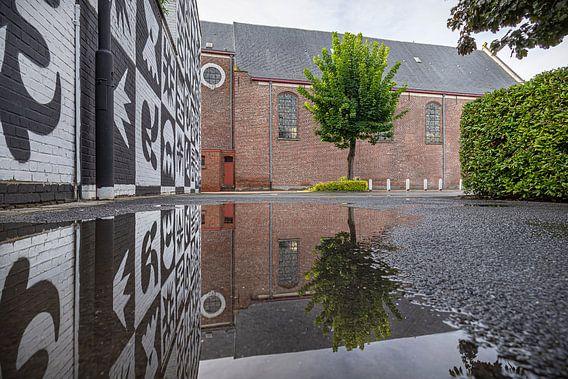 Weerspiegeling van de Sint-Franciscuskerk in Menen