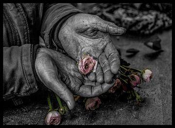 bloem in handen van