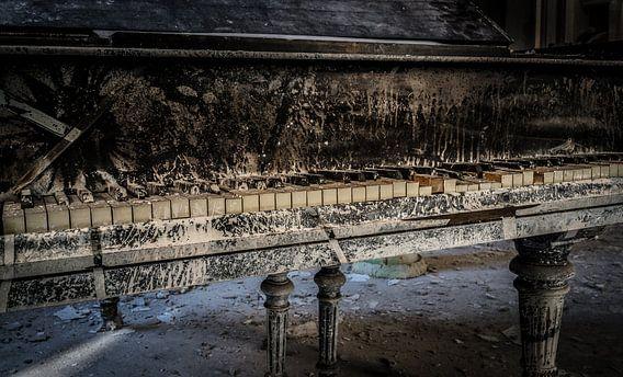 Oude piano van Inge van den Brande