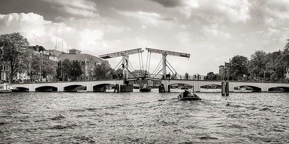 """""""Een brug, dan kun je heen en terug.. """" ( De Magere Brug in Amsterdam )  van Hans Brinkel"""