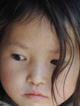 Dromerig meisje in Sapa, Vietnam (2) van